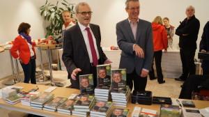 Josef Bruckmoser (Redakteur der Kräutler Biograph) und Gottfried Kompatscher (Tyrolia) freuen sich über ein gelungenes Werk.