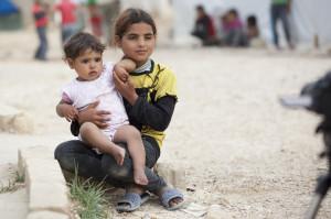 Das syrische Mädchen Samira mit seiner kleinen Schwester im provisorischen Flüchtlingslager Moussa Taleb im Libanon. Bild: Caritas/Sebastian