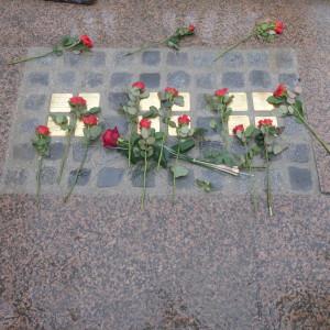 Zum Gedenken an Salzburger NS-Opfer wurden auf dem Südtiroler Platz vor dem Hauptbahnhof unmittelbar vor dem Anifaschismus-Mahnmal weitere Stolpersteine verlegt.