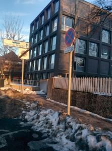 Schneemassen und eine falsche Mindestlänge bei diesem Behindertenparkplatz