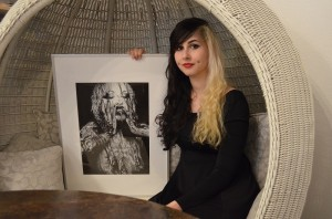 Corina Watschonig mit ihren fotorealistischen Zeichnungen. (c) Harald Saller