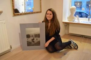 Hannah Schwaiger mit ihrem Lieblingsfoto. Einem Schwann vor dem Schloss Leopoldskron. (c) Harald Saller