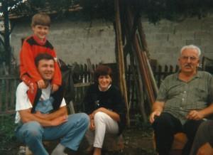 Papa, Mama, mein muslimischer Großvater Kemal und ich in Bosnien[1]
