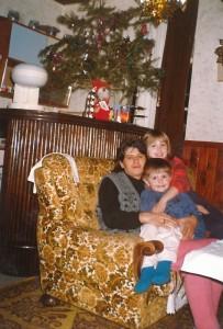 Weihnachten mit Weihnachtsbaum - Mama, meine Schwester Adisa und ich[1]