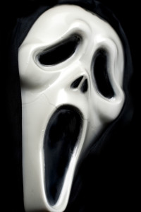 Ghostface – eine der populärsten Halloween-Verkleidungen von creepyhalloweenimages (Ghostface Mask) [CC BY 2.0 (http://creativecommons.org/licenses/by/2.0)], via Wikimedia Commons