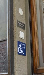 Die Nachtglocke wird demnächst nach unten verlegt, damit auch Menschen im Rollstuhl sie erreichen können. (c) Harald Saller