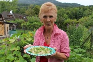 Ida Ebner präsentiert den fertig gekochten Teller