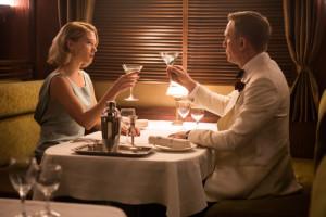 Der romantische Augenblick hält nicht lange. Bond wird gleich herumgerührt und geschüttelt.