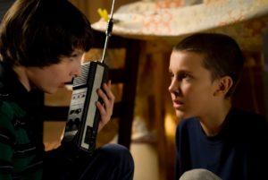 """Mike und Eleven –mit den unpraktischen """"Handys"""" der Jugend der 70er und 80er Jahre: groß, schwer und nur ein paar Hundert Meter Reichweite"""