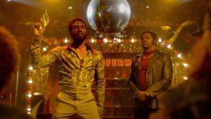 Gangster und Disco King – eine unter vielen schillernden Figuren: Cadillac – groovy, verrückt und bedrohlich gespielt von Yahya Abdul-Mateen II