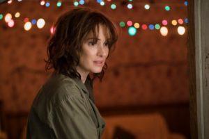 Wills Mutter (Winona Ryder) glaubt, dass Will mit ihr Kontakt aufnimmt, wenn Sie sämtliche Weihnachtsbeleuchtung aufhängt