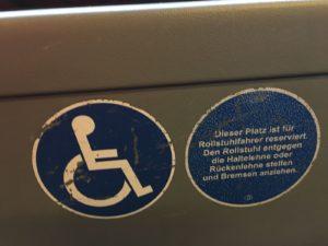 Rollstuhl vor Kinderwagen – ist leider so
